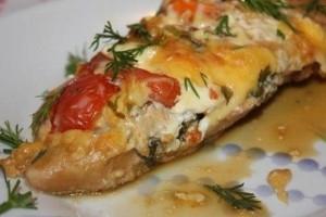 Куриное филе, запеченное с сыром и помидорами