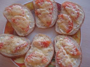 Вкусный горячий бутерброд с сыром и помидорами